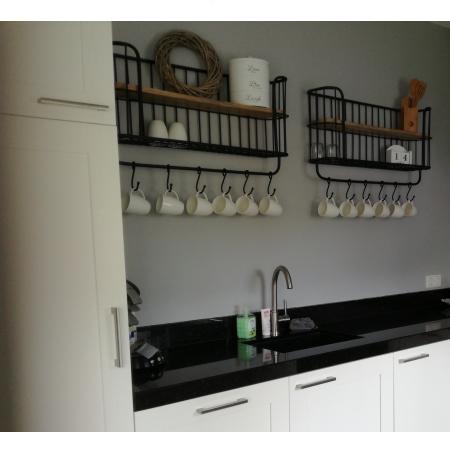 Bakkers wandrek zwart metaal keuken