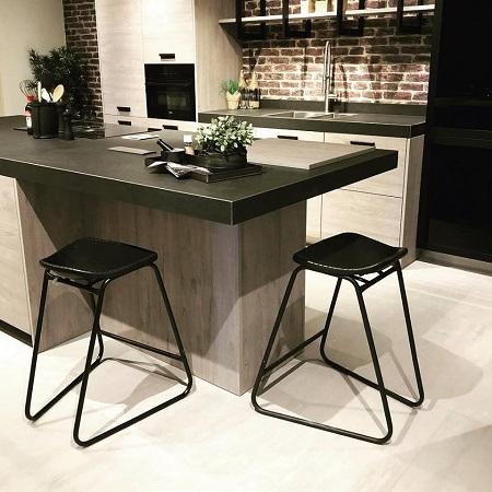 Barkruk leer zwart en zwart frame keuken