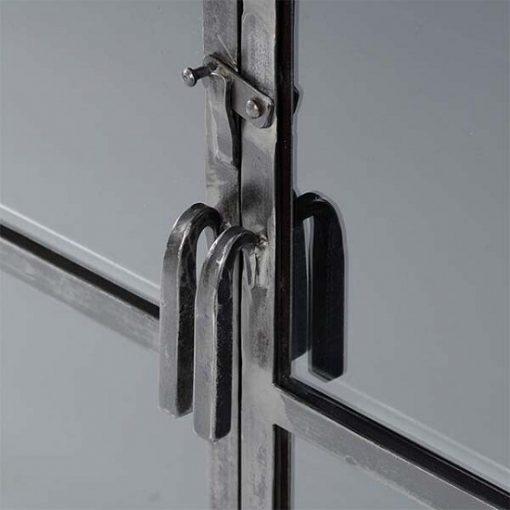 Vitrinekast industrieel metaal glas deur